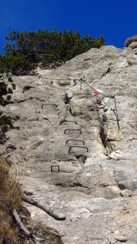Eine seilversicherte Kletterstelle auf dem Weg zum Stripsenkopf