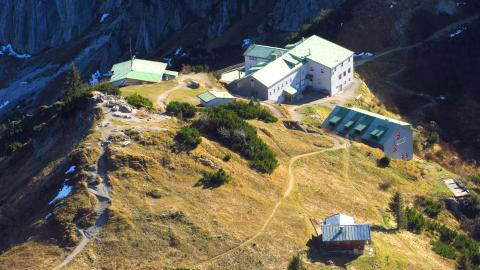 Das Stripsenjoch mit der Stripsenjochhütte, im Hintergrund der Wilde Kaiser