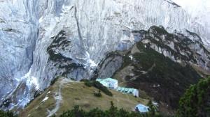 Das Stripsenjochhaus vor der Felswand