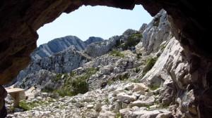 Blick aus der Höhle an der Cima Valdritta