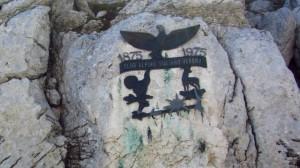 Das Zeichen der Veroneser Sektion des Club Alpino Italiano am Fels
