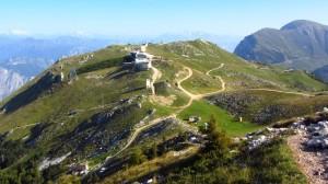 Die Colma di Malcesine mit der Bergstation der Seilbahn Malcesine - Monte Baldo