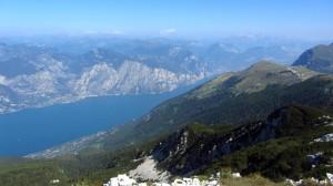 Blick zurück auf die Colma di Malcesine und den 200 Meter tiefer gelegenen Gardasee