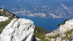 Weiße Felsen und blauer Gardasee