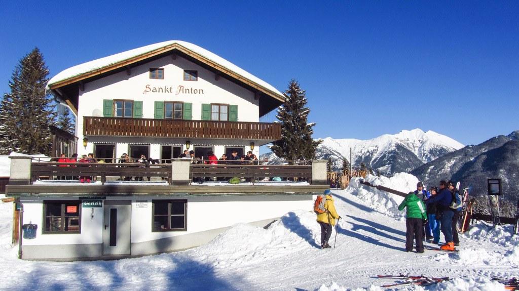 Das Gasthaus St. Anton, nur wenige Minuten von der Bergstation des Kranzberg-Lifts entfernt