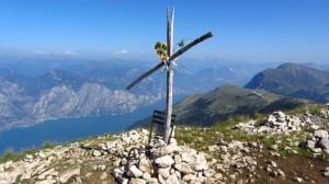 Der Gipfel der Cima Pozzette mit dem ungewöhnlichen Gipfelkreuz