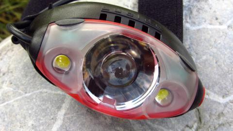 Die Mammut Lucido TX1 hat neben mit der zentralen Hauptlampe zwei Flächenstrahler-LED