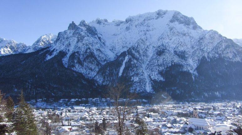 Von der Talstation der Kranzbergbahn blickt man direkt auf Mittenwald und das Karwendelmassiv