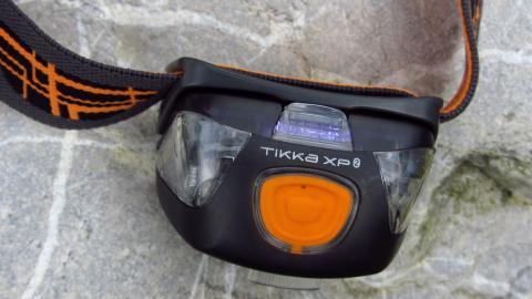 Ein großer zentraler Schalter an der Petzl Tikka2 XP