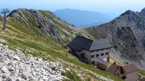 Das Rifugio Telegrafo am Monte Baldo, von der Cima Telegrafo aus gesehen