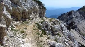 Ein schmaler Weg führt vom Gipfel der Cima Valdritta hinunter