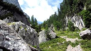 Wanderweg zwischen großen Felsen