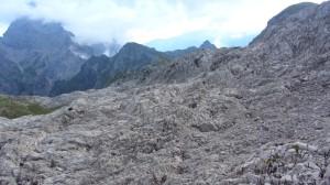 Felslandschaft auf dem Weg Richtung Watzmann, der noch von Wolken umgeben ist