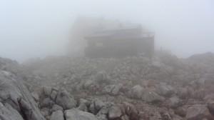 Plötzlich taucht es im Nebel auf: Das Ingolstädter Haus