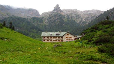 Das Kärlingerhaus am Funtensee, im Hintergrund das markante Schottmalhorn