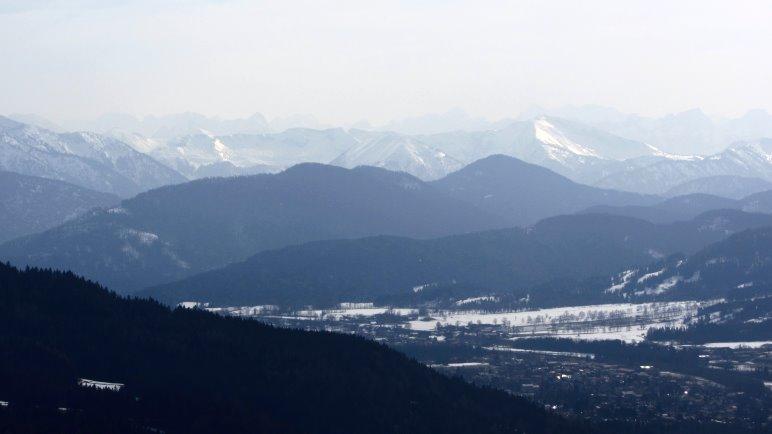 Im Dunst zeigen sich die Karwendelberge im Süden