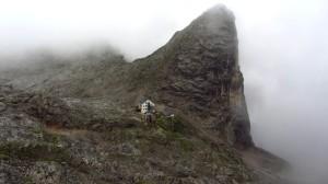 Der Blick zurück zum Riemannhaus, das wirklich mitten im Fels erbaut wurde