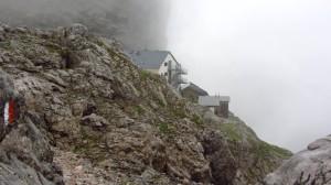 Plötzlich taucht das Riemannhaus hinter dem Felsen auf