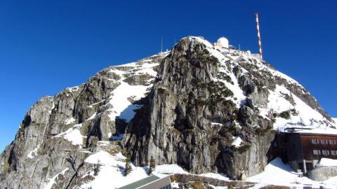 Der schneebedeckte Wendelstein Gipfel. Ganz hinauf kommt man im Winter leider nicht.