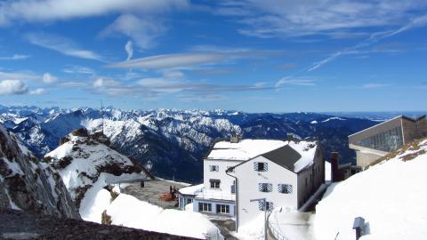 Die Bergstationen der Wendelstein-Bahnen und der Blick in die bayerischen Alpen