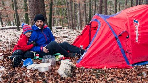 Das Zelt kommt im Rucksack oder Fahrradanhänger mit - Foto: Sebastian Stiphout