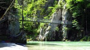 Die Hängebrücke über die Tiroler Ache an der Entenlochklamm