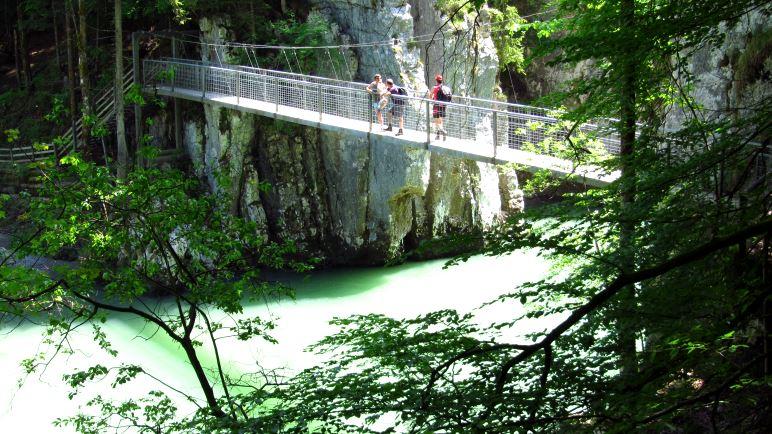Die Hängebrücke über die Tiroler Ache