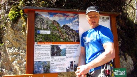 Korbi von der Klettersteigschule erklärt den Verlauf des Klettersteigs an der Tafel