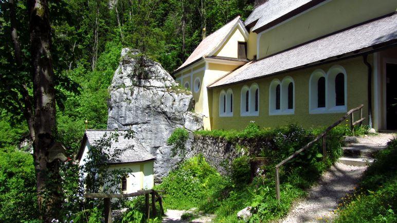Die Kapelle direkt vor dem Klobenstein