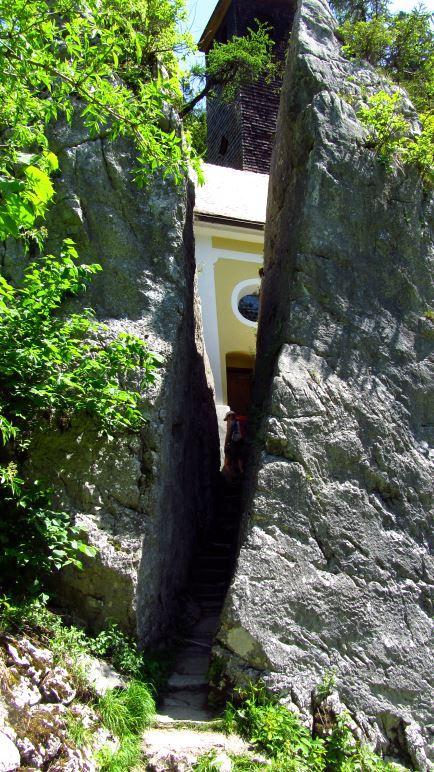 Der Weg führt durch den gespaltenen Fels, den Klobenstein
