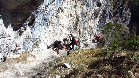 Die letzten Meter am Fels entlang