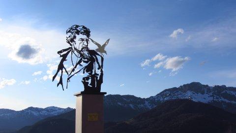 Ein modernes Denkmal für Ludwig Ganghofer vor dem Hotel