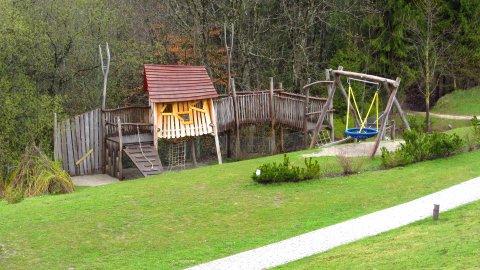 Das Spielhaus mit Spielplatz vor dem Hotel