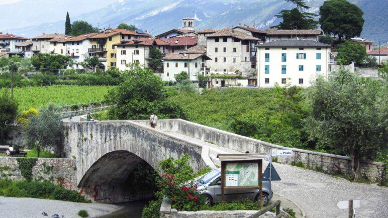 Am Beginn der Wanderung zum Monte Colt: Ceniga mit der Römerbrücke