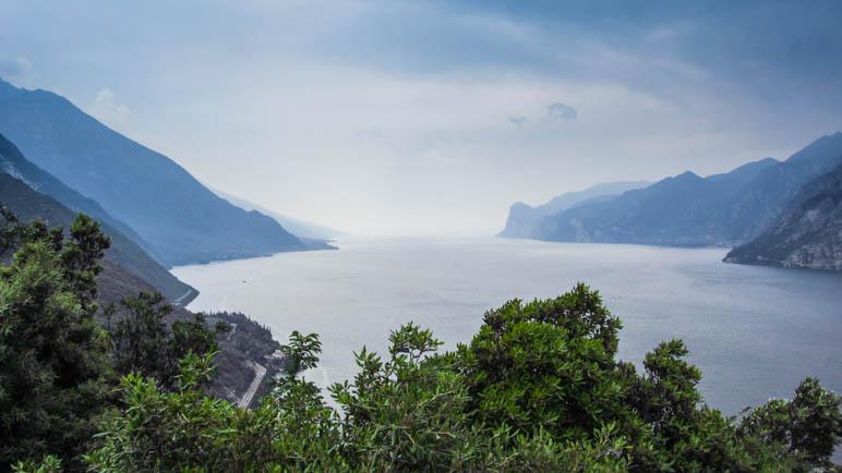 Tolle Aussicht nach Süden auf den Gardasee im Dunst