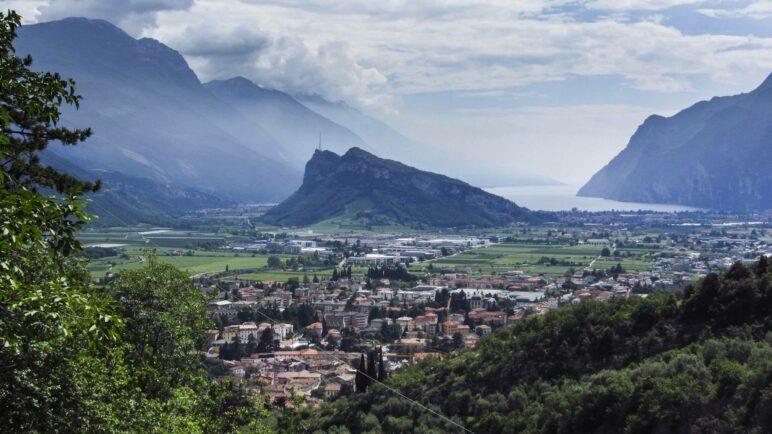 Noch ein schöner Ausblick: Der Gardasee mit dem Monte Brione