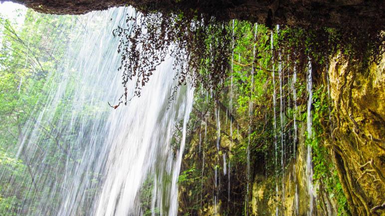 Hier kann man sogar hinter dem Wasserfall stehen