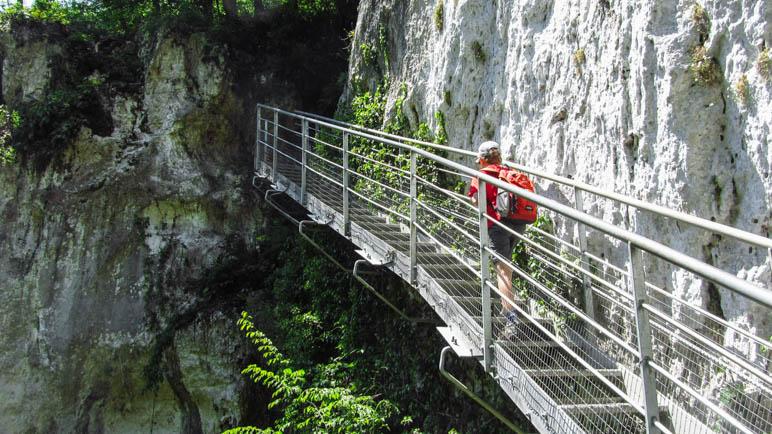 Eine lange Eisentreppe führt zum nächsten Wasserfall