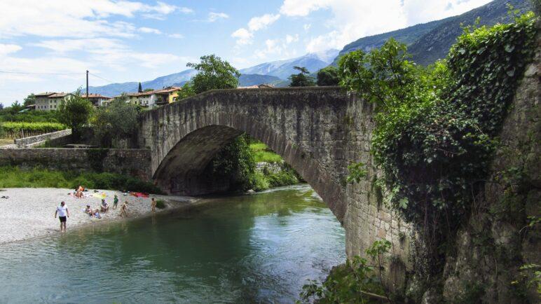 Die Römerbrücke führt bei Ceniga über die Sarca