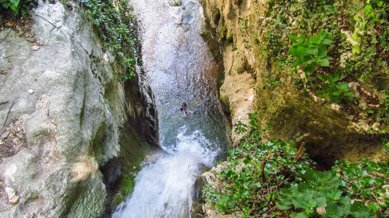 Coole Sache: In der Schaukel sitzend auf den Wasserfall zufliegen
