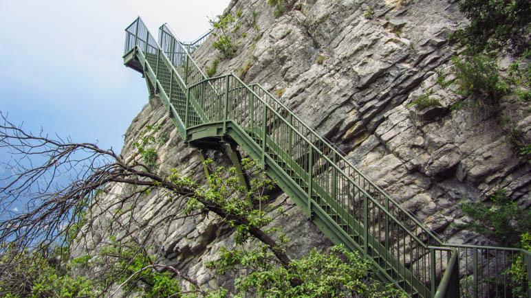 Ohne die Eisentreppen wären die Felsen für Wanderer nicht zu bewältigen