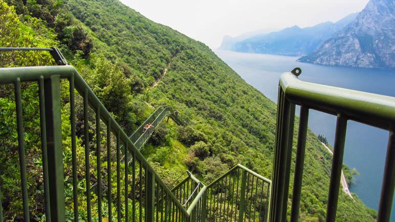 Ein Wanderweg mit Treppen: Sentiero Busatte-Tempesta am Gardasee