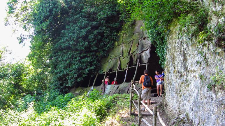 Die mit Lederlappen verkleidete Urzeit-Höhle