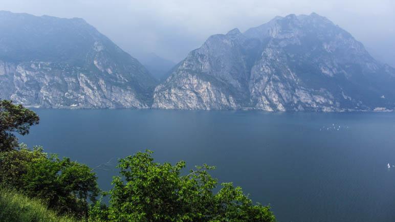 Am gegenüberliegenden Gardaseeufer sieht man den Ponaleweg und das Valle di Ledro