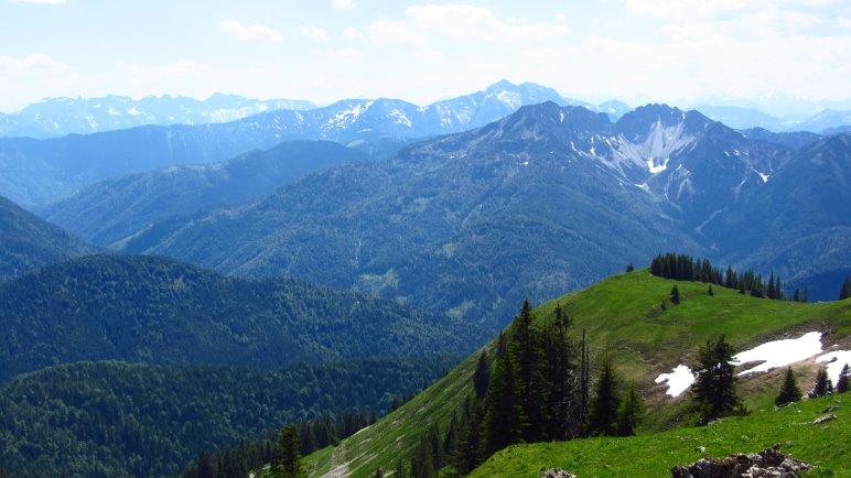 Wir liegen in der Wiese und genießen das Alpenpanorama
