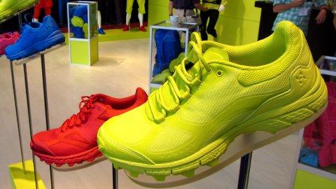Momochrom-Schuhe in Signalfarben am Haglöfs-Stand