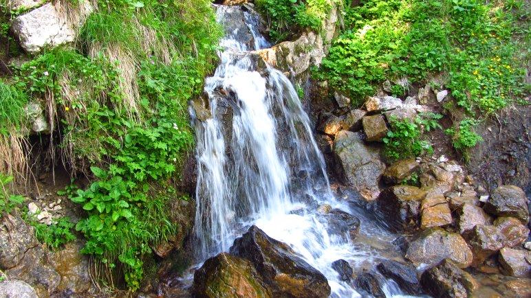 Ein kleiner Wasserfall am Wegesrand