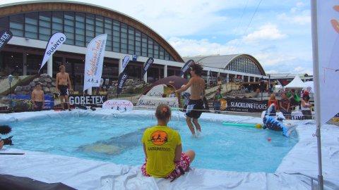 Outdoor-Slackline mit Swimming-Pool - das geht nur auf einer Sommer-Messe!