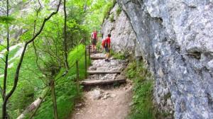 Wir müssen einige Stufen überwinden, bis wir vor der Höllental-Einganghütte stehen.