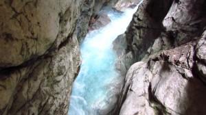 Blau leuchtendes Wasser in der Höllentalklamm.